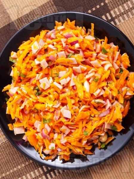 Салата с моркови и шунка - снимка на рецептата